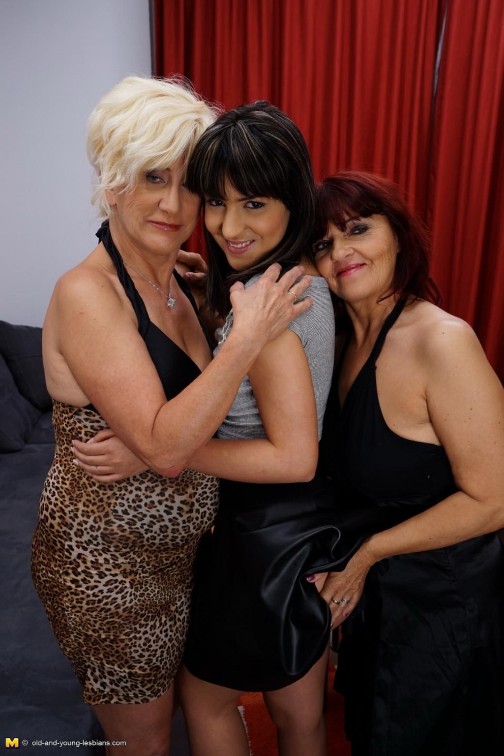 Три женщины показывают, как они умеют развлекаться в обществе друг друга, искусно орудуя язычками