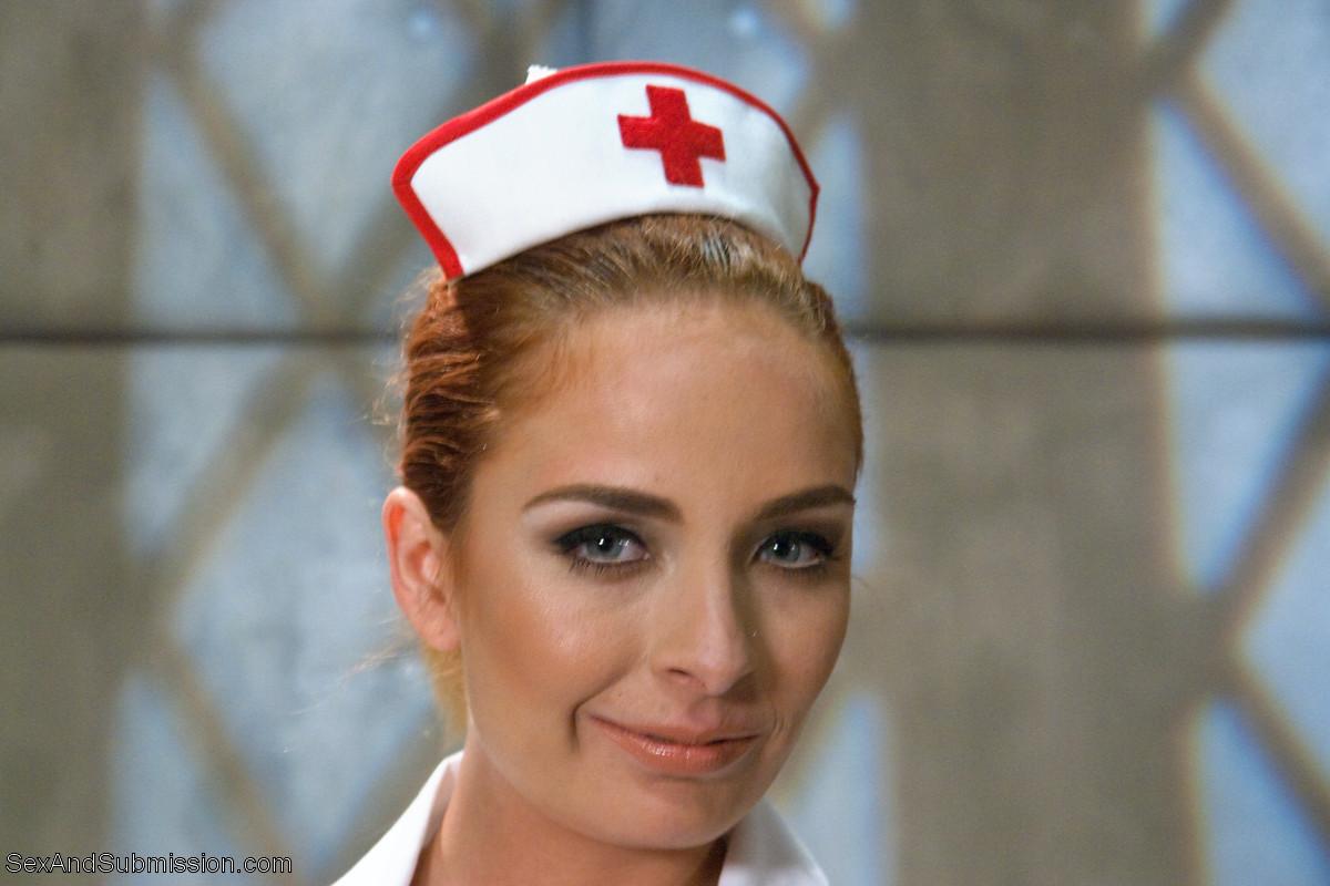 Сексуальная медсестра Эшли Грекхем зашла в палату осмотреть пациента, а он ее выебал в жопу прямо на своей кровати