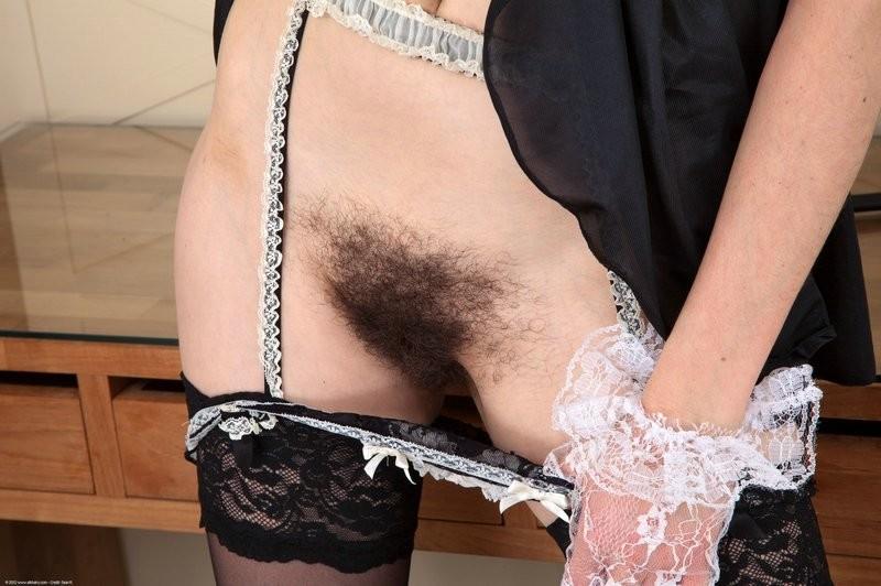 Волосатая вагина возбудит не каждого, но эта брюнетка явно не желает брить свою киску
