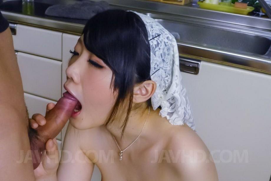 Японка Ри Тачикава ходит по кухне голая и дожидается пока мужчина подходит к ней сзади, чтобы попросить ласки