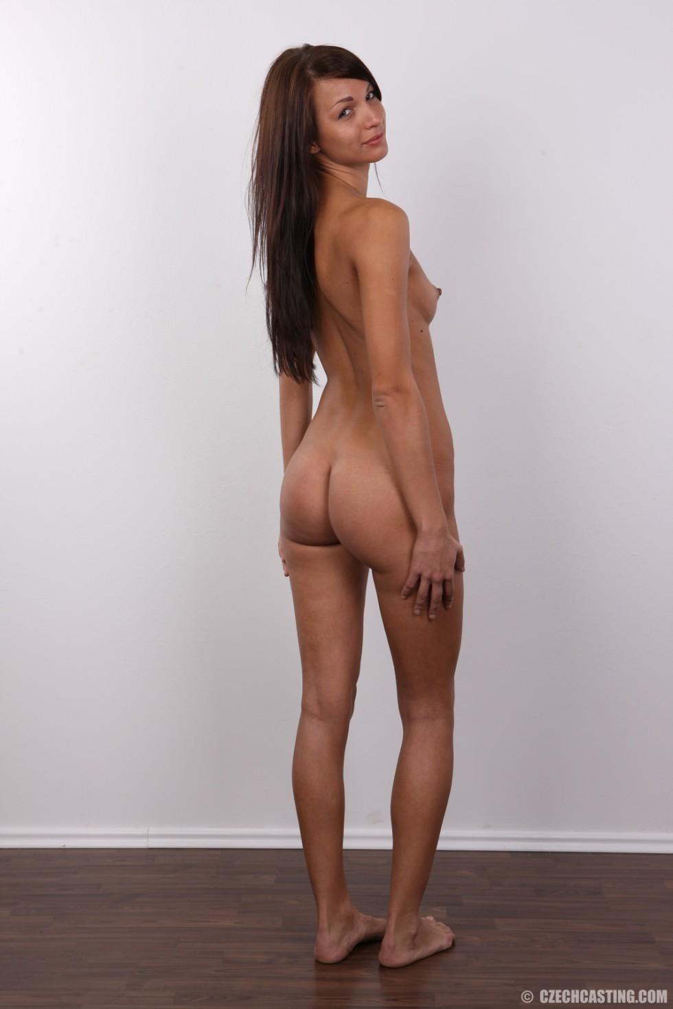 Красивая чешская проститутка снимается ради денег голой