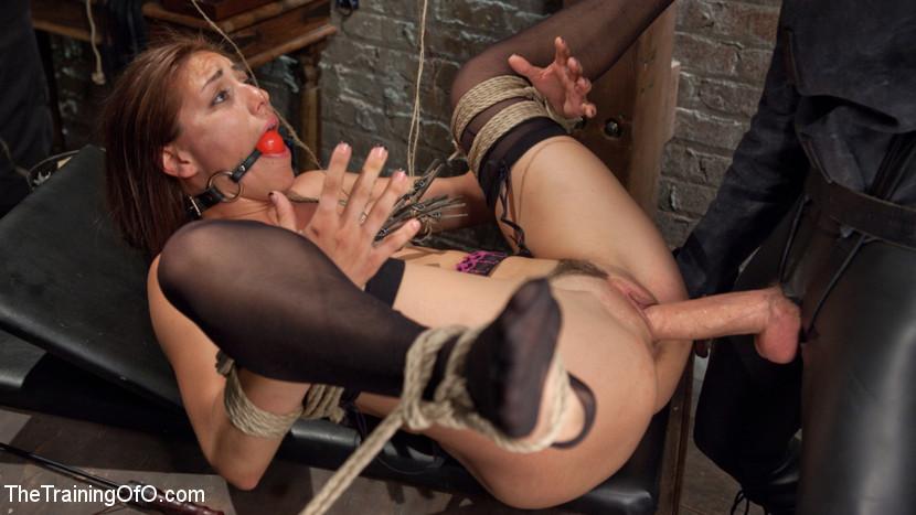 Мулатка обожает БДСМ, ее связывают и трахают разными вибраторами, мужик хочет, чтобы она описалась от удовольствия