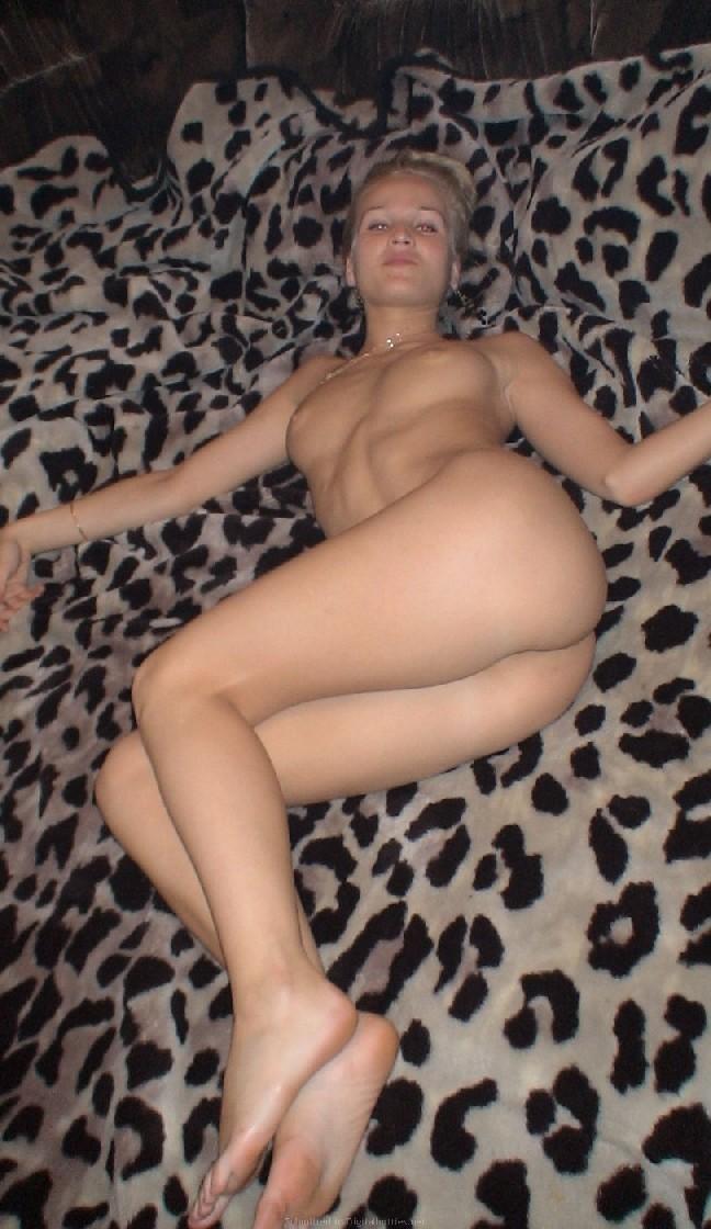 Страстная блондинка сосет член своему пареньку и облизывает сперму