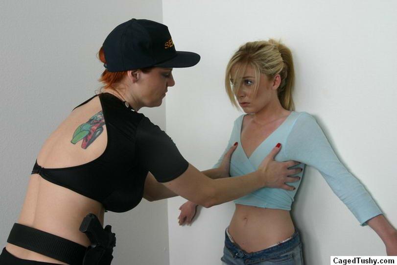 Престарелая лесбиянка заковала в наручники свою светловолосую подругу и затолкала ей палец в жопу
