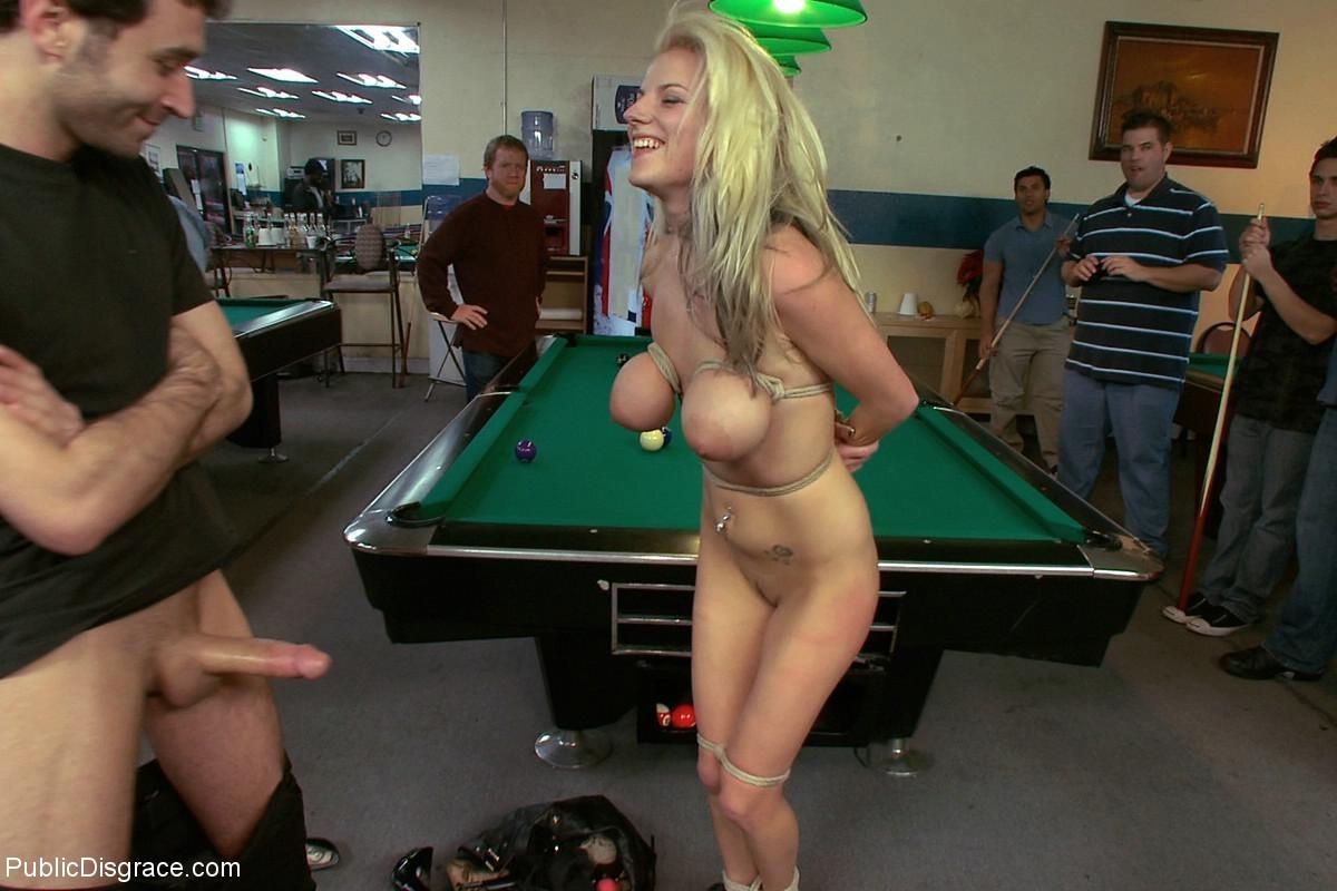 На бильярдном столе мужики причиняют боль привлекательной блондиночке