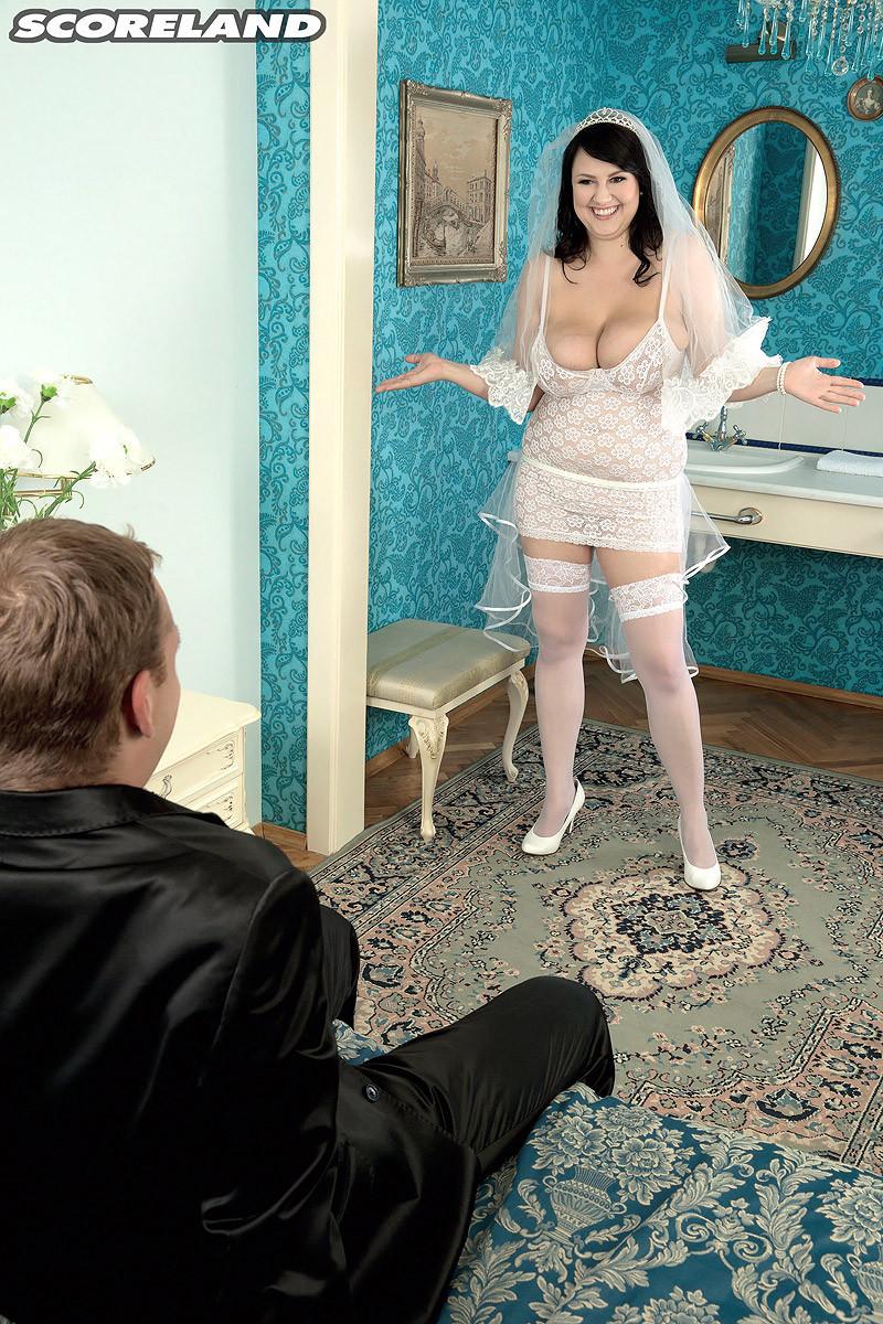 Жирная невеста решает отдаться прямо в свадебном платье, покорив мужа своими формами