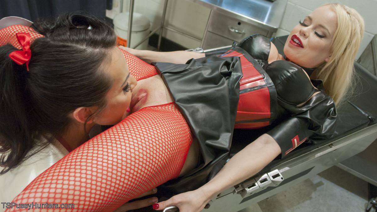 Трансвестит в костюме медсестры ебет в пизду свою пациентку на операционном столе в больнице