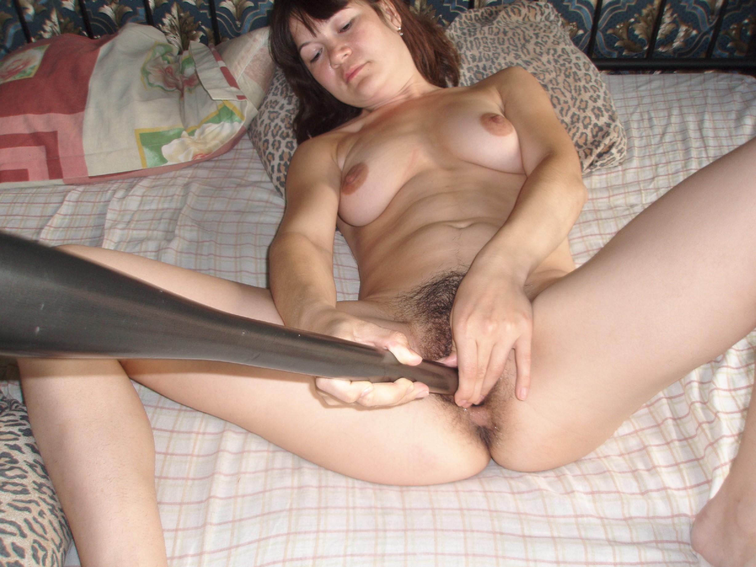 Девушка любит жестко себя трахать своими секс игрушками