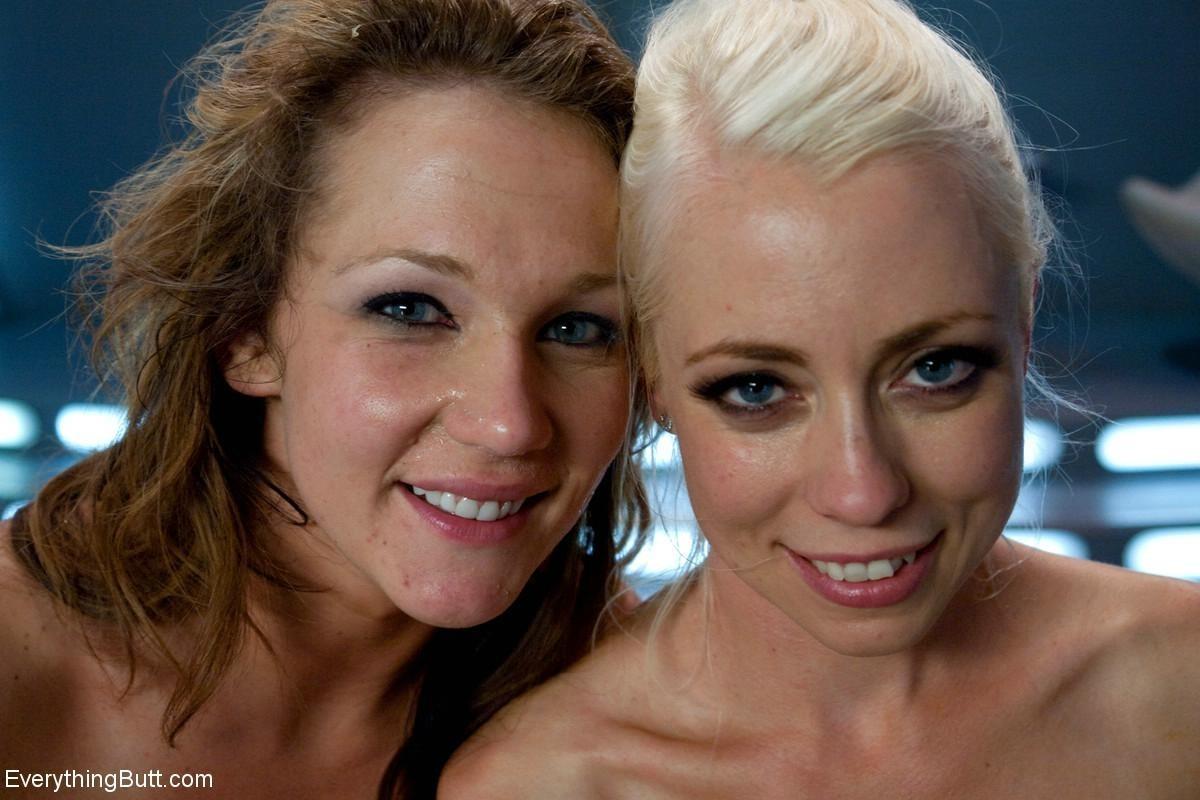 Две привлекательные лесбиянки будут трахать друг друга очень длинным резиновым членом