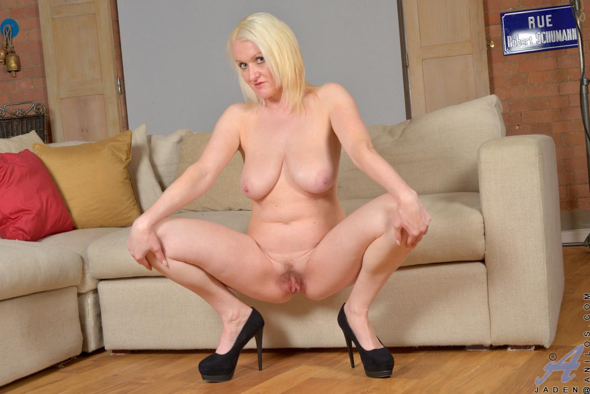 Развратная блондинка совсем не стесняется раздеться перед камерой, а затем показать свое тело
