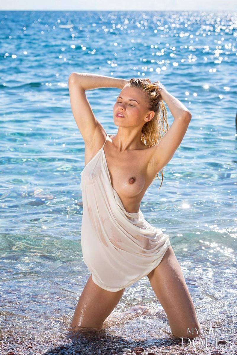 Девушка расслабляется на пляже - ее обнаженное тело может свести с ума кого угодно