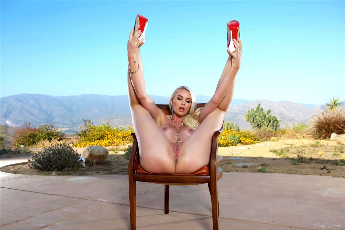 Джиджи Алленс – раскованная блондинка, которая смело показывает свое эффектное тело