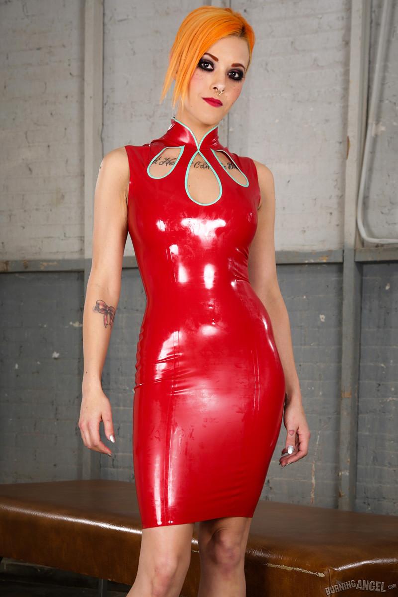Космическая телка надевает красное платье и снимает трусики перед камерой, фотки получились зачетными