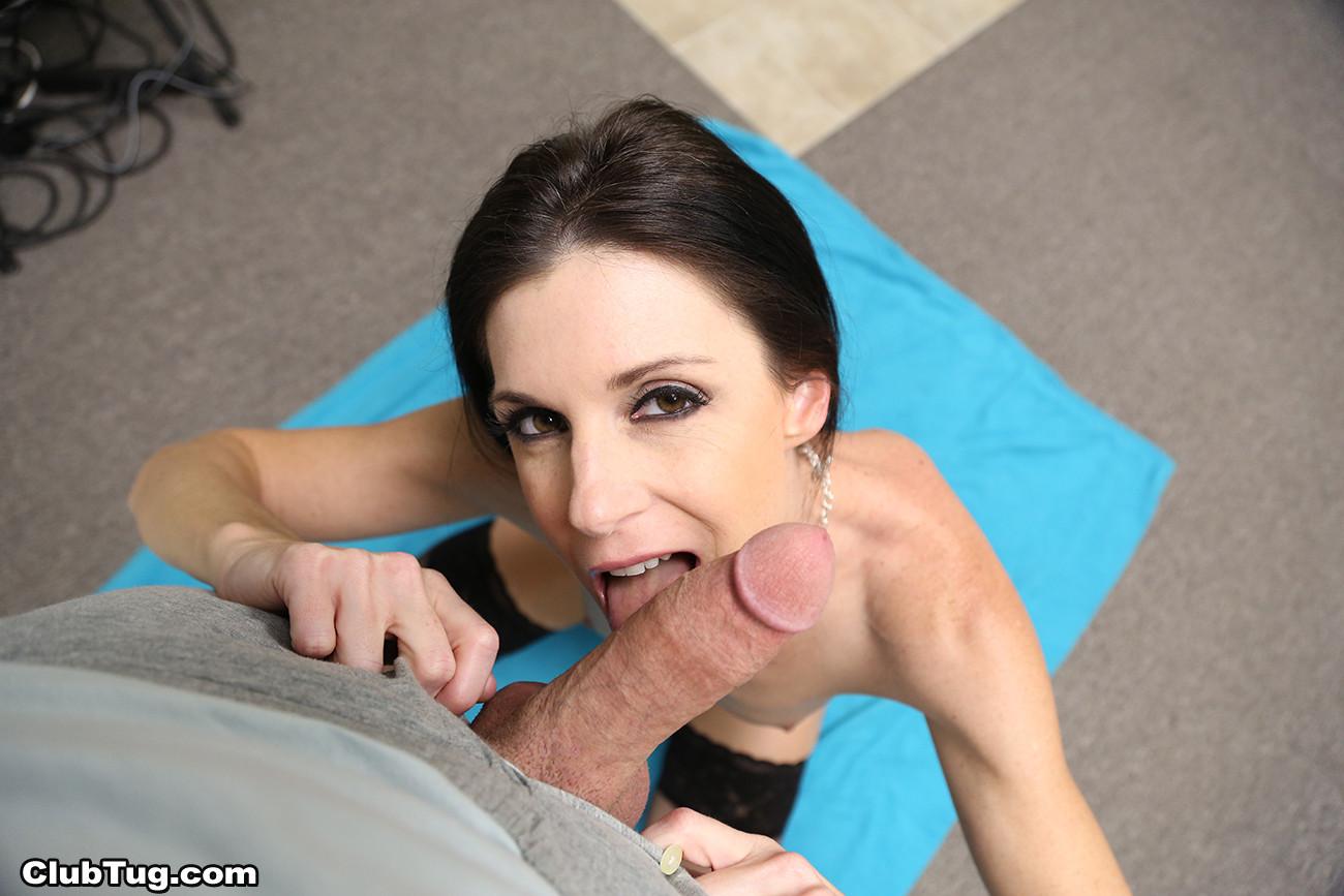 Темпераментая сучка показывает свое стройное тело и дарит наслаждение своему партнеру