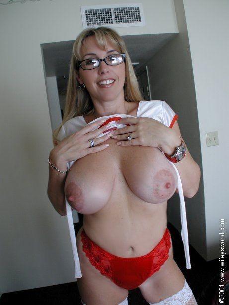 Медсестра с огромными сиськами отсасывает большой хуй у главврача, получая на лицо заряд спермы