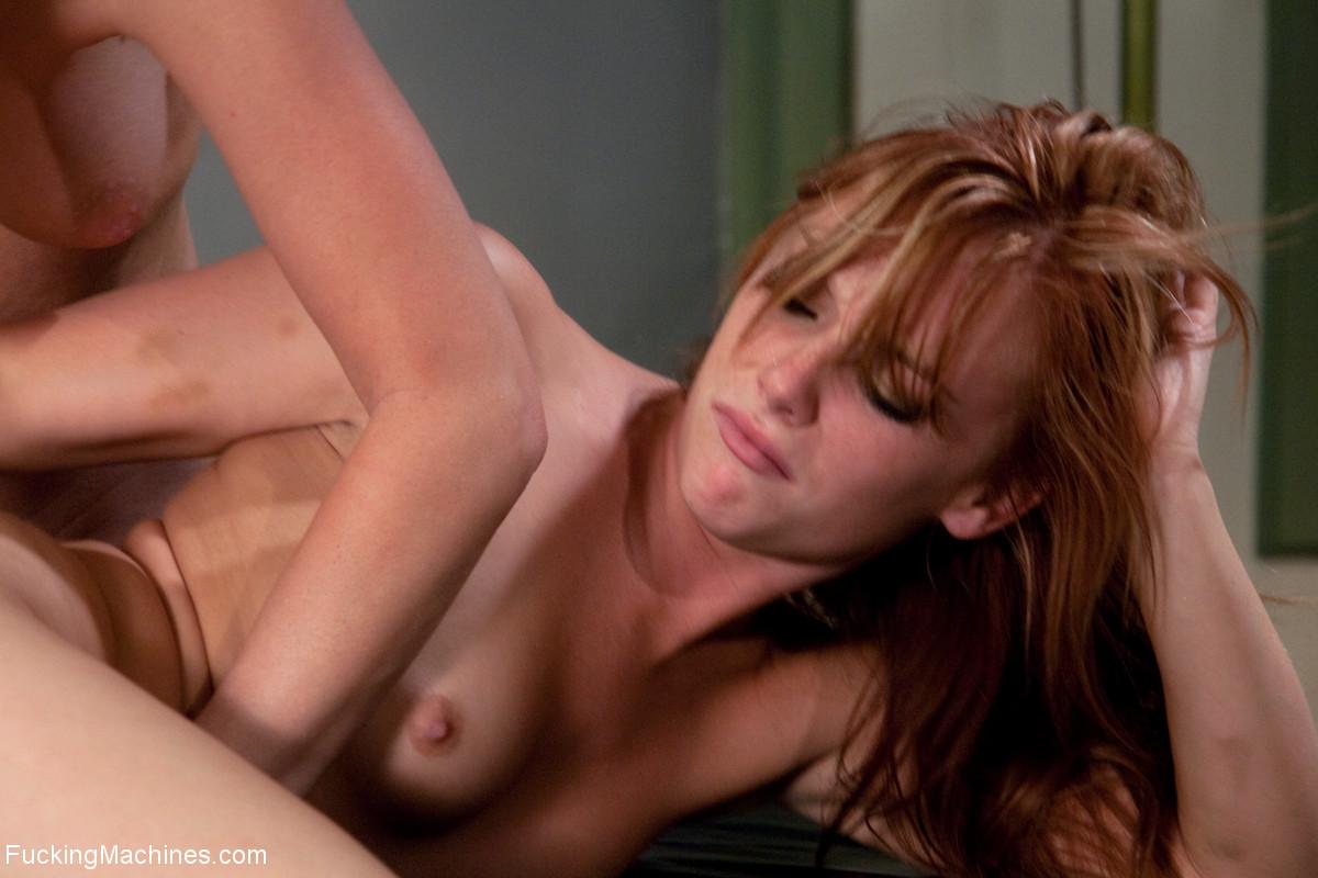 Лесбиянки балуются с новенькой секс машиной и получают оргазм