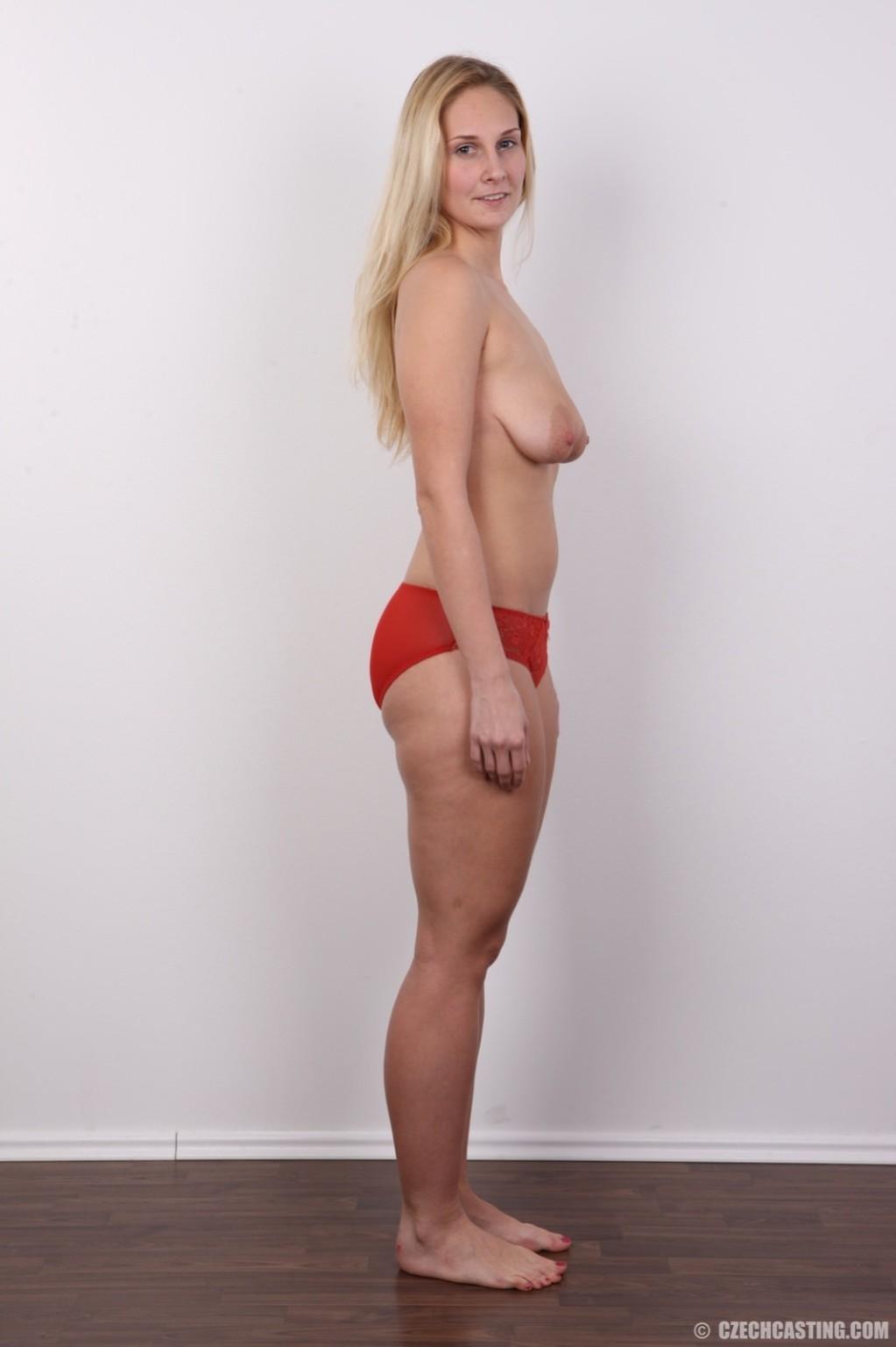 Блонда с огромными сосками выполняет каждую просьбу на этом кастинге