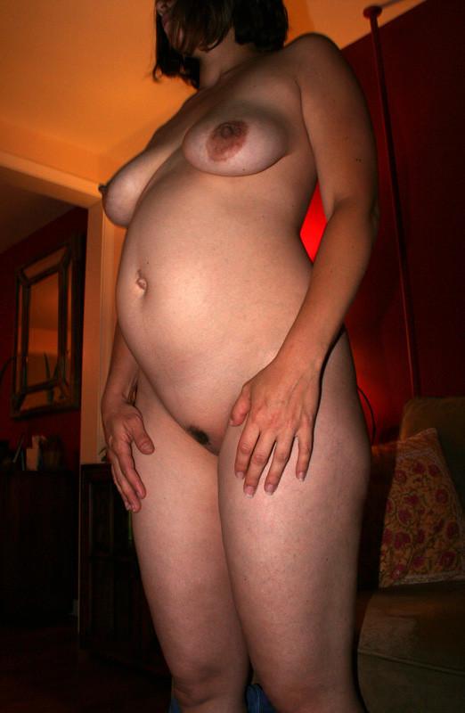 Беременные дамочки не испытывают стеснения и показывают свои обнаженные тела всем мужчинам