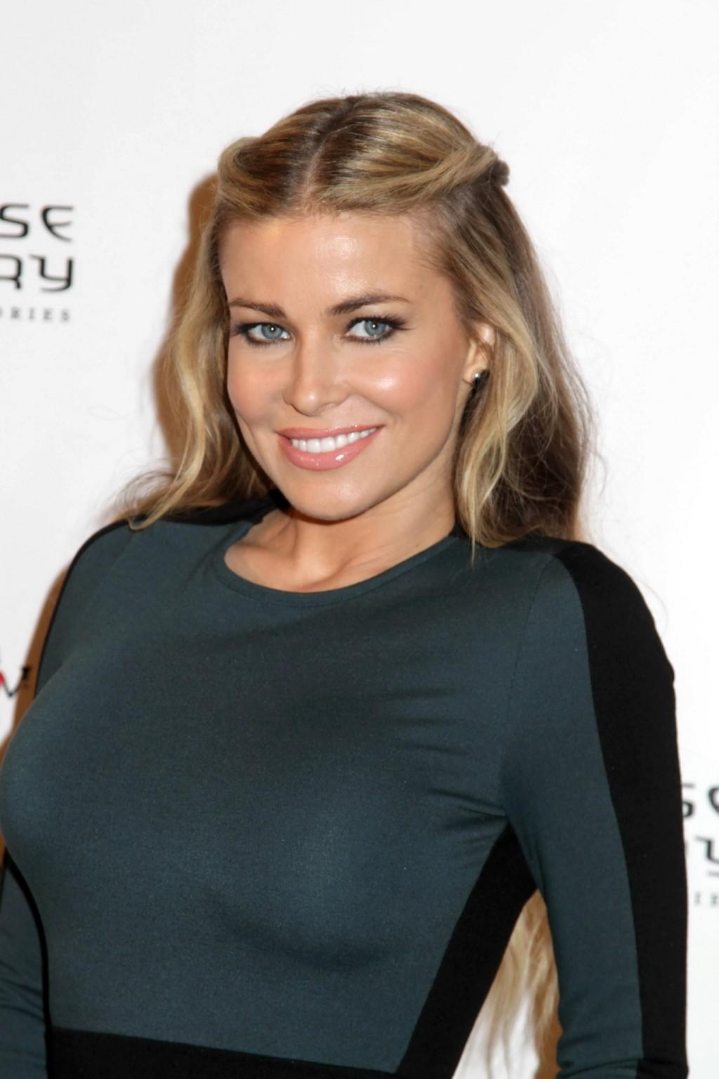 Очень красивая актриса с большой грудью позирует перед камерой