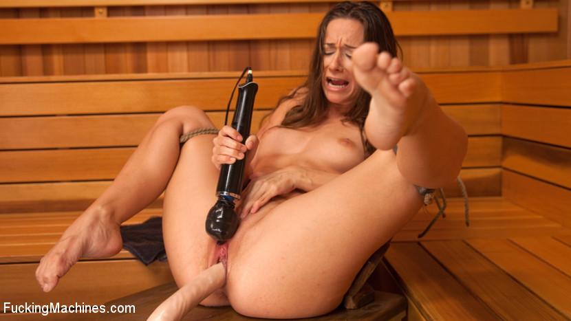 Кэссиди Кляйн пробует на себе секс-машину и получает от этого большое удовольствие, ведь каждое движение так возбуждает