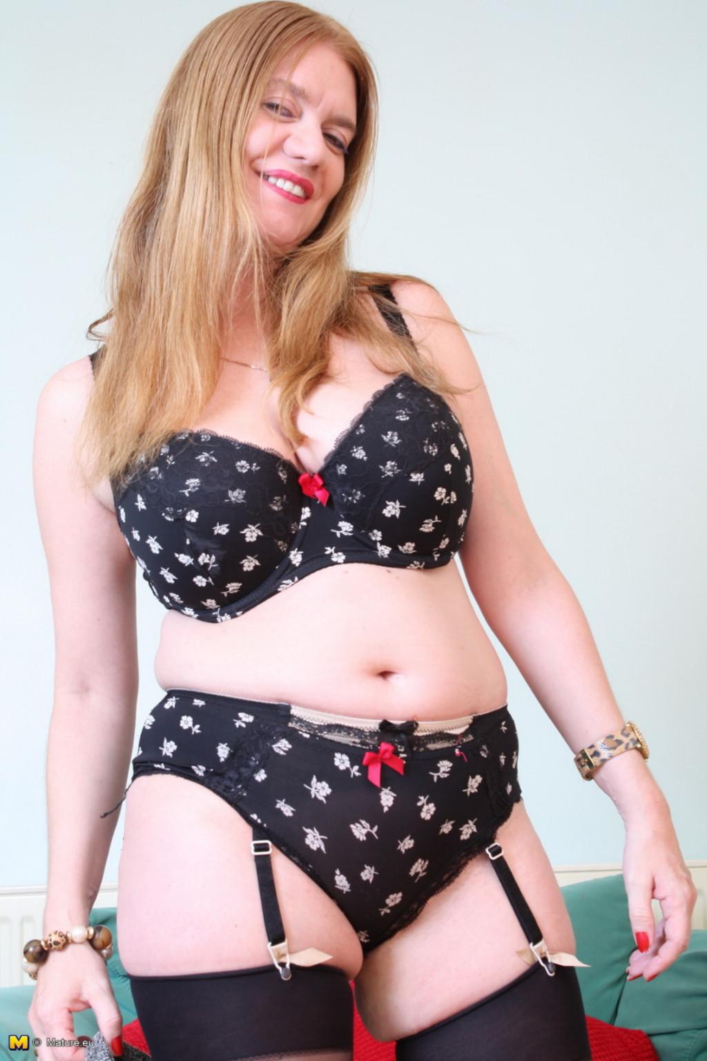 Зрелая девушка на кастинге эротично снимает с себя верхнюю одежду