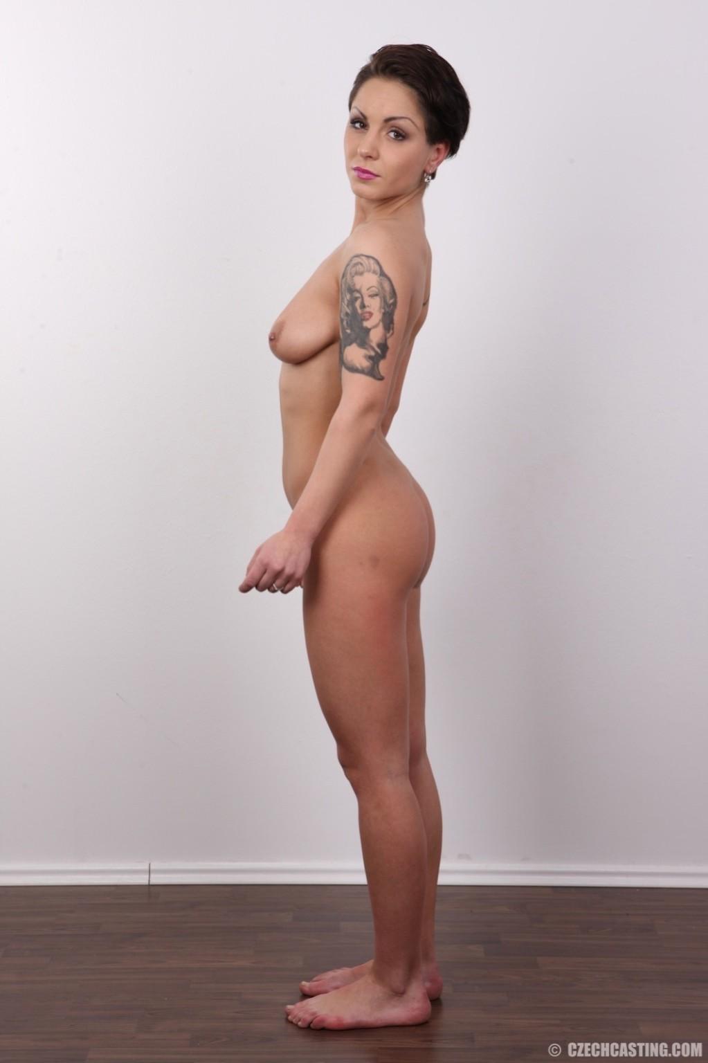 В чешском кастинге участвует девушка, которая демонстрирует свои татуировки на обнаженном теле