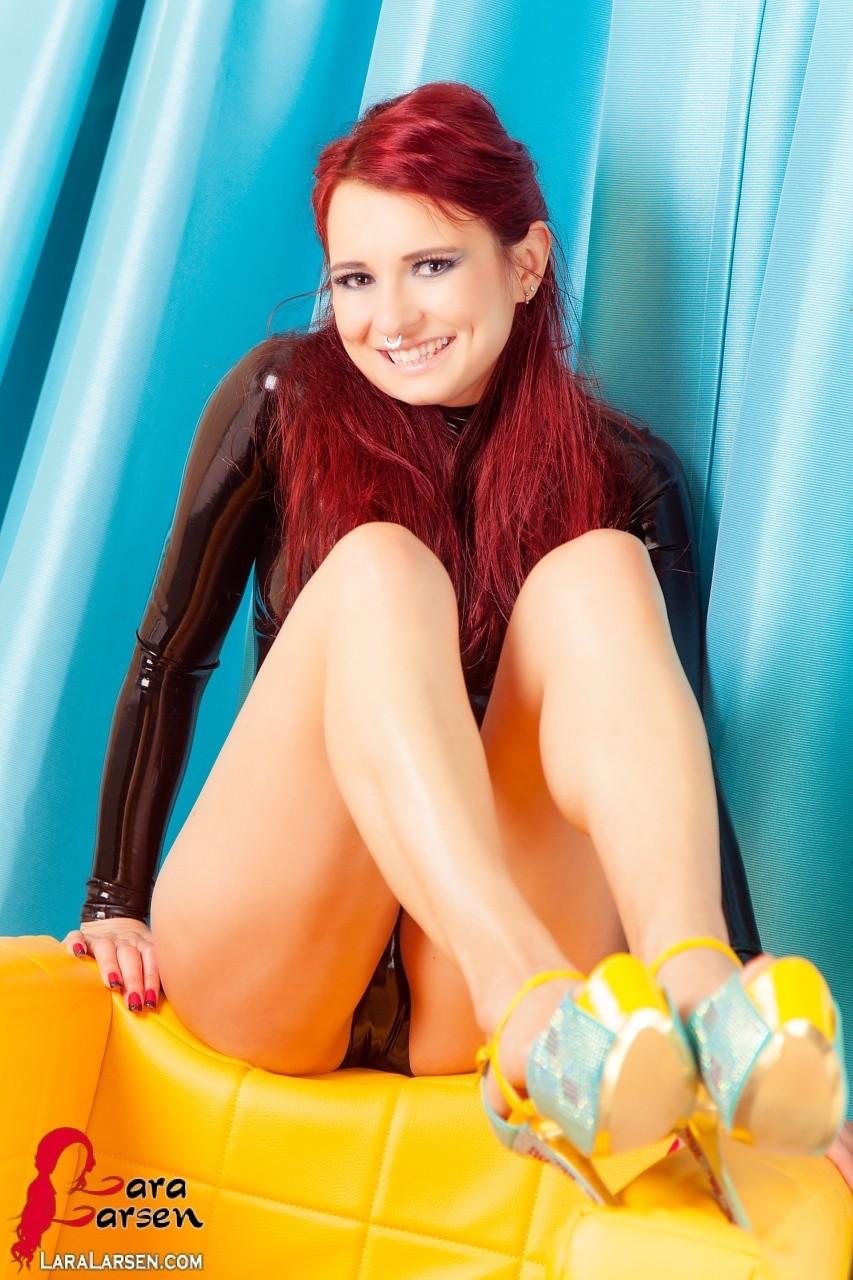 Красавица с рыжими волосами любит пошалить перед объективом фотоаппарата, она задирает ноги и показывает киску