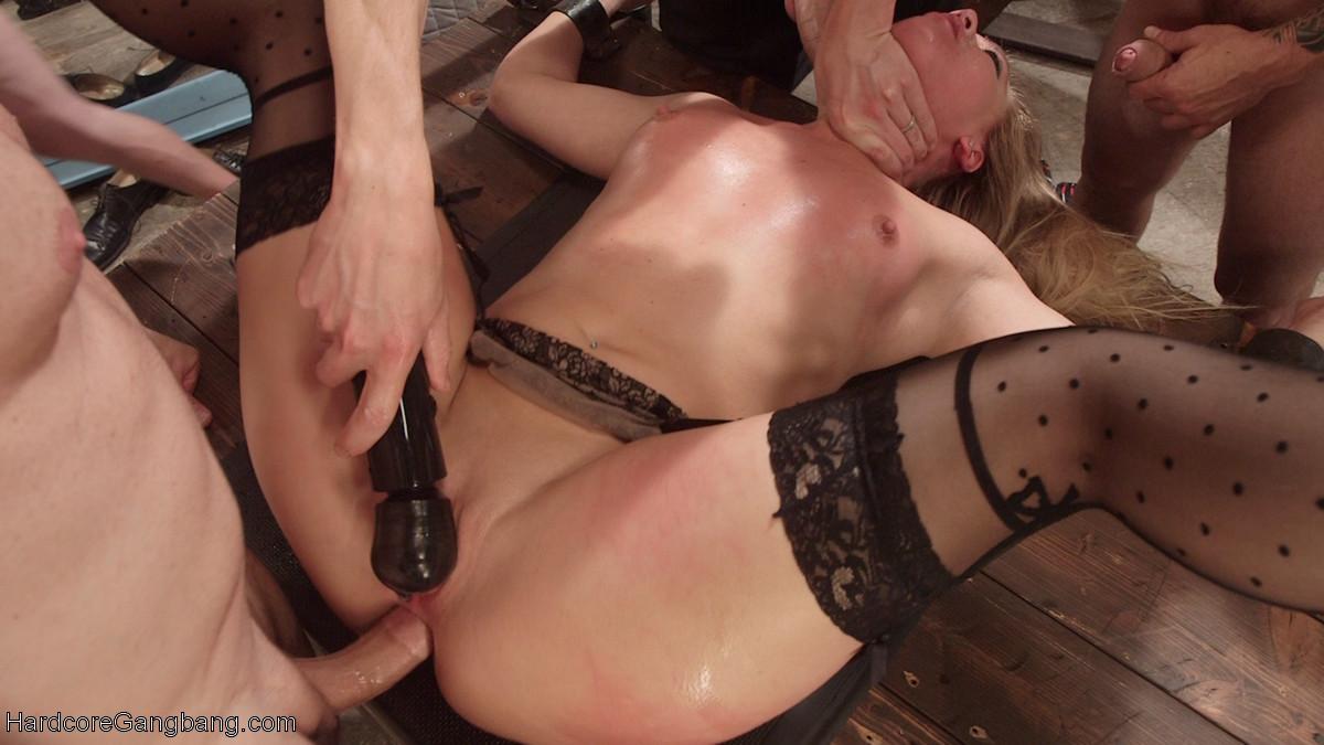 Девушка готова принимать в себя несколько членов и обслуживает их с большим старанием