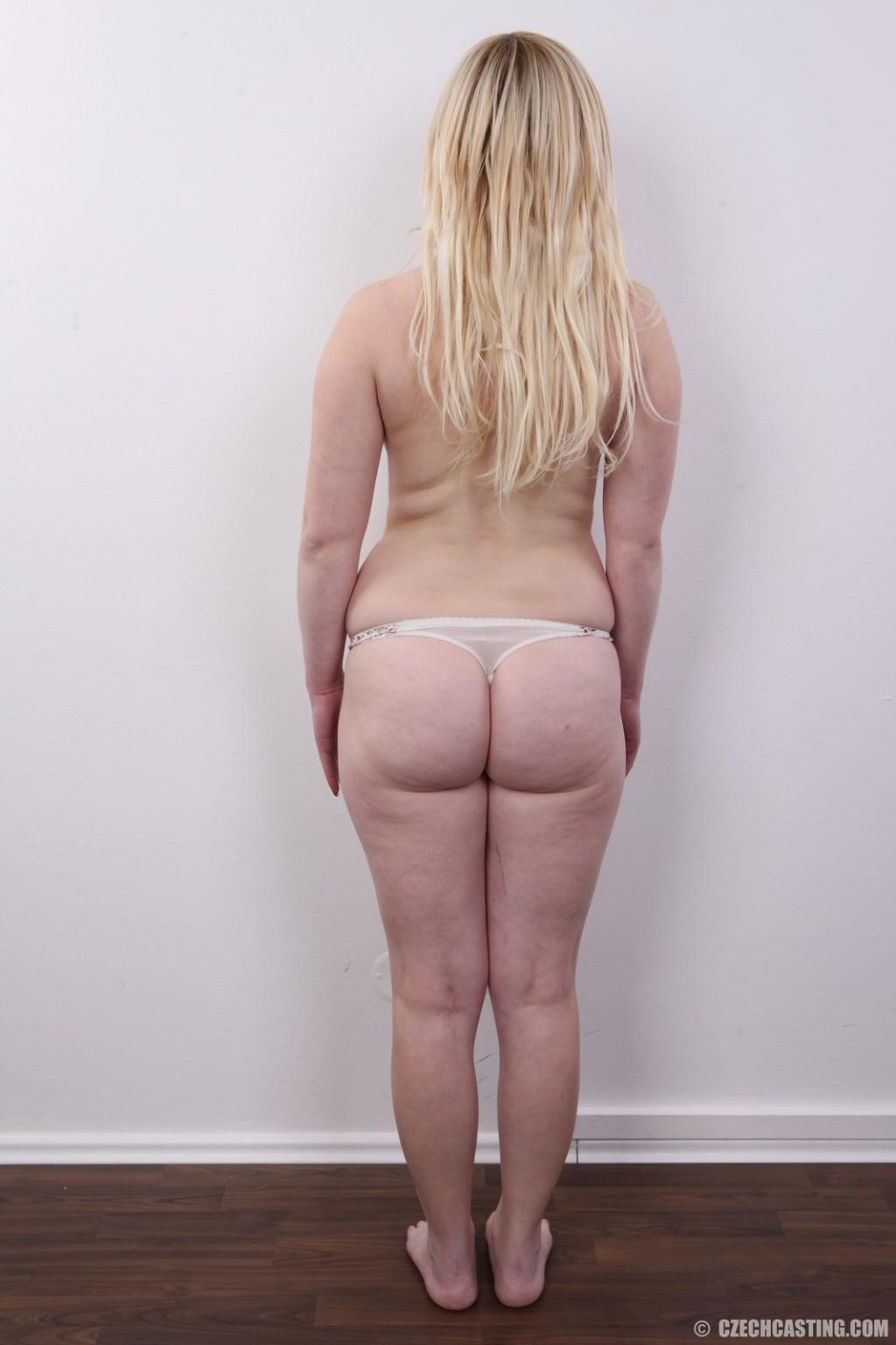 Блондинку на кастинге заставили оголить свое не очень красивое тело