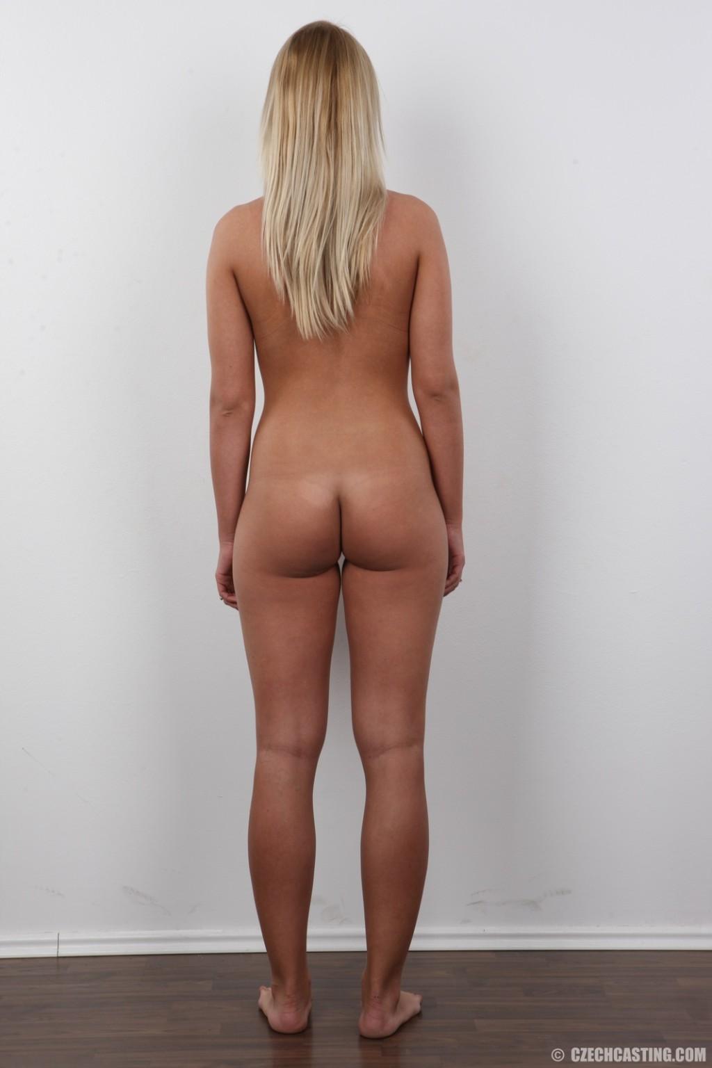 Девушка с пышной грудью оголила свое тело ради приличного зароботка