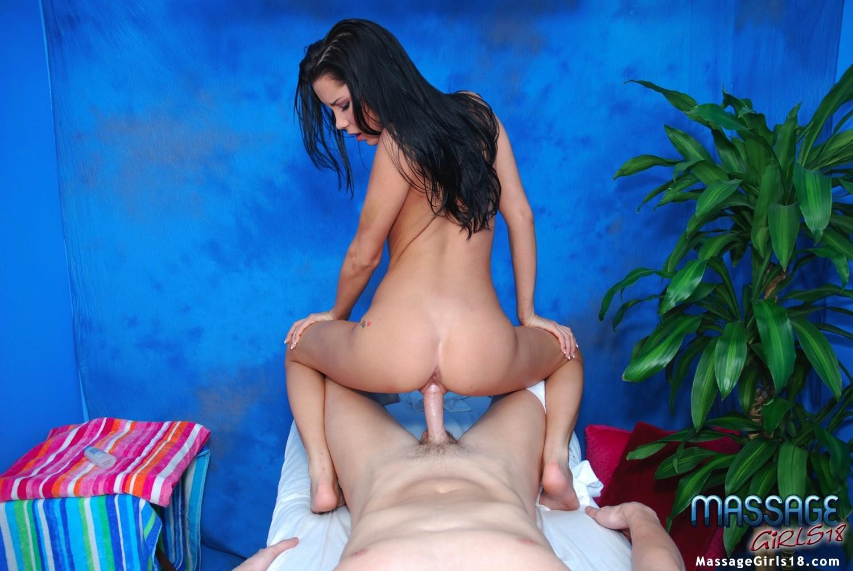 Девушка делает массаж, но ее клиент быстро переходит к десерту и натягивает ее на свой член