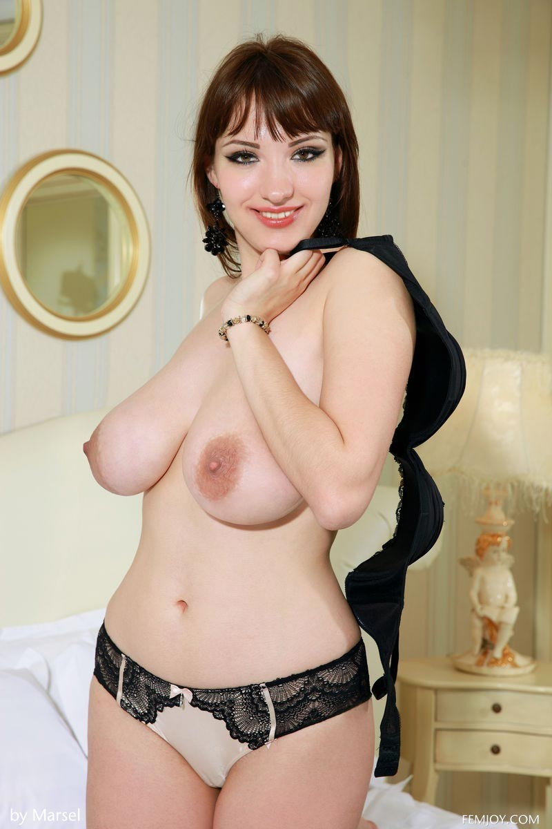 Девушка просто поражает своим объемом груди