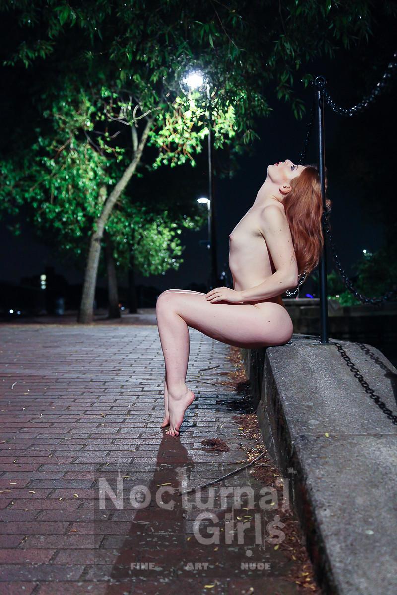Рыжеволосая бестия совсем не стесняется своего тела, поэтому готова раздеваться даже на улице