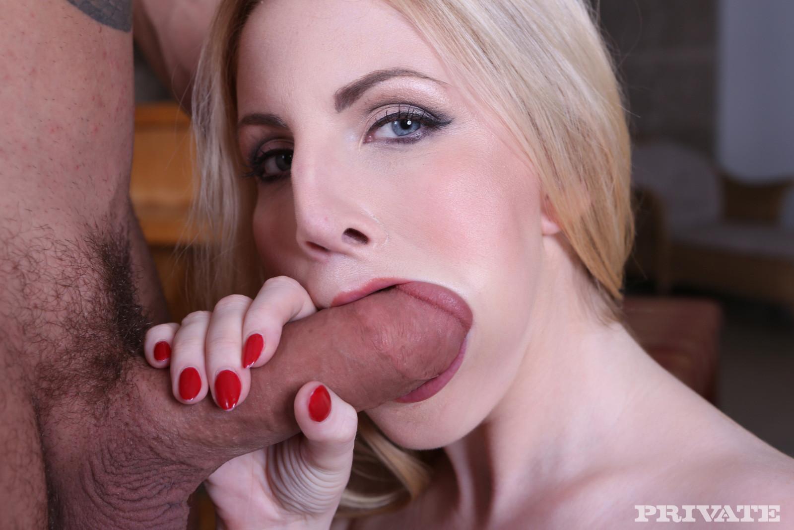 Мужик ебет очень сексуальную девушку у которой обнаженная страстная грудь