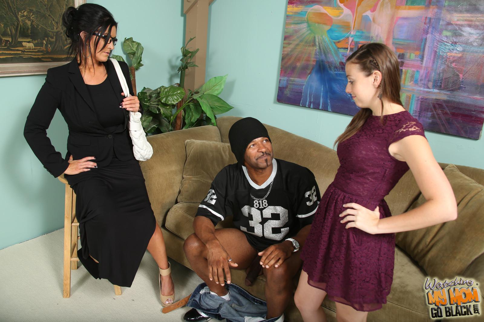 Чернокожему самцу на растерзание отдаются две сексуальные красотки - молодая и зрелая