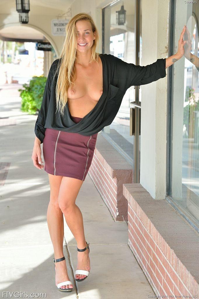 В публичных местах длинноволосая блондинка показывает сиськи и бритую киску