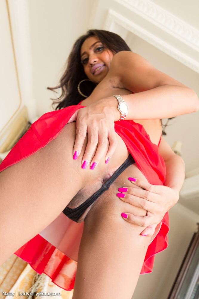 Красивая девушка с членом между ног получает крепкий пенис в анальную дырку