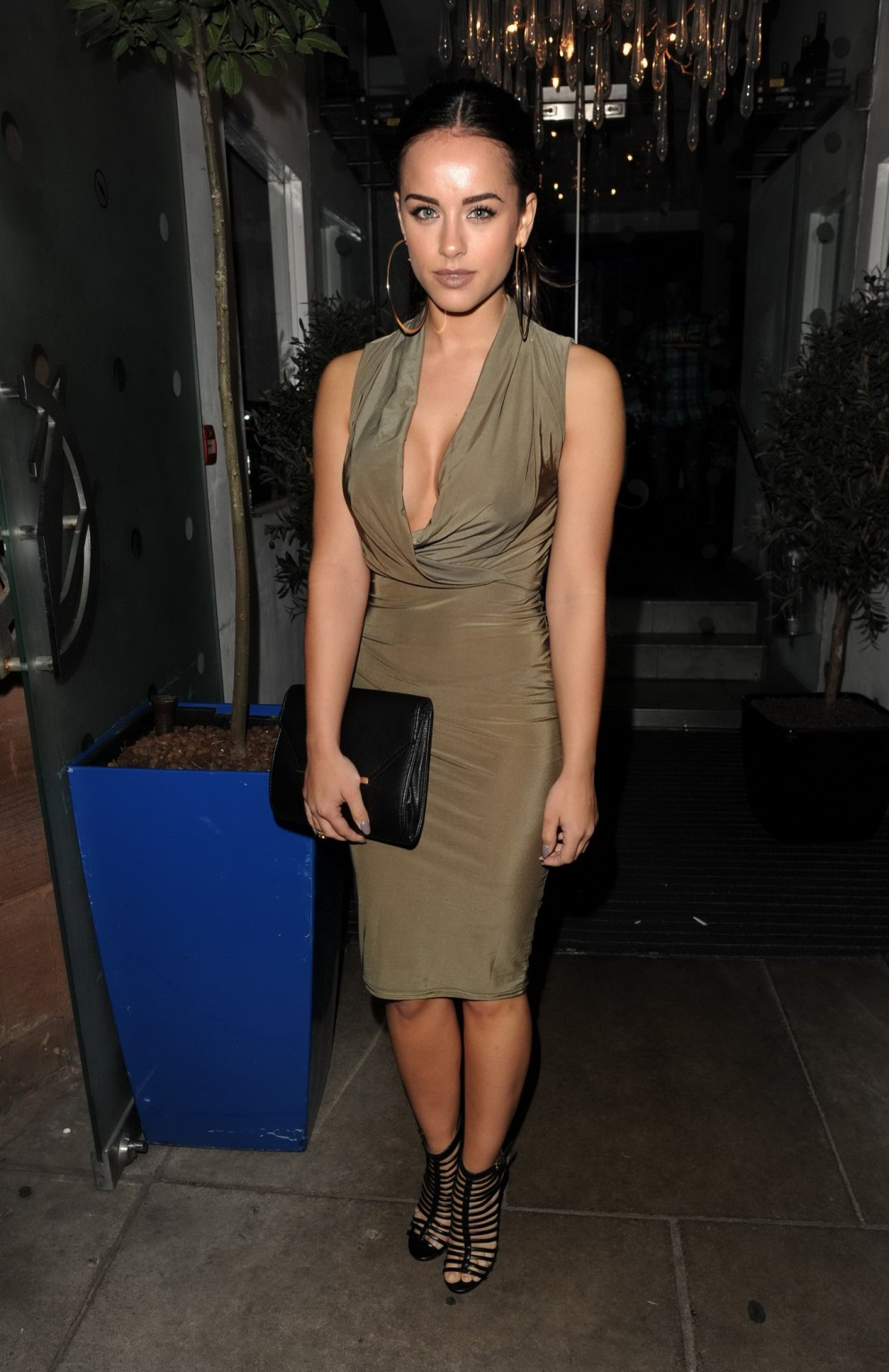 Актриса в длинном платье заскочила на премьеру своего фильма