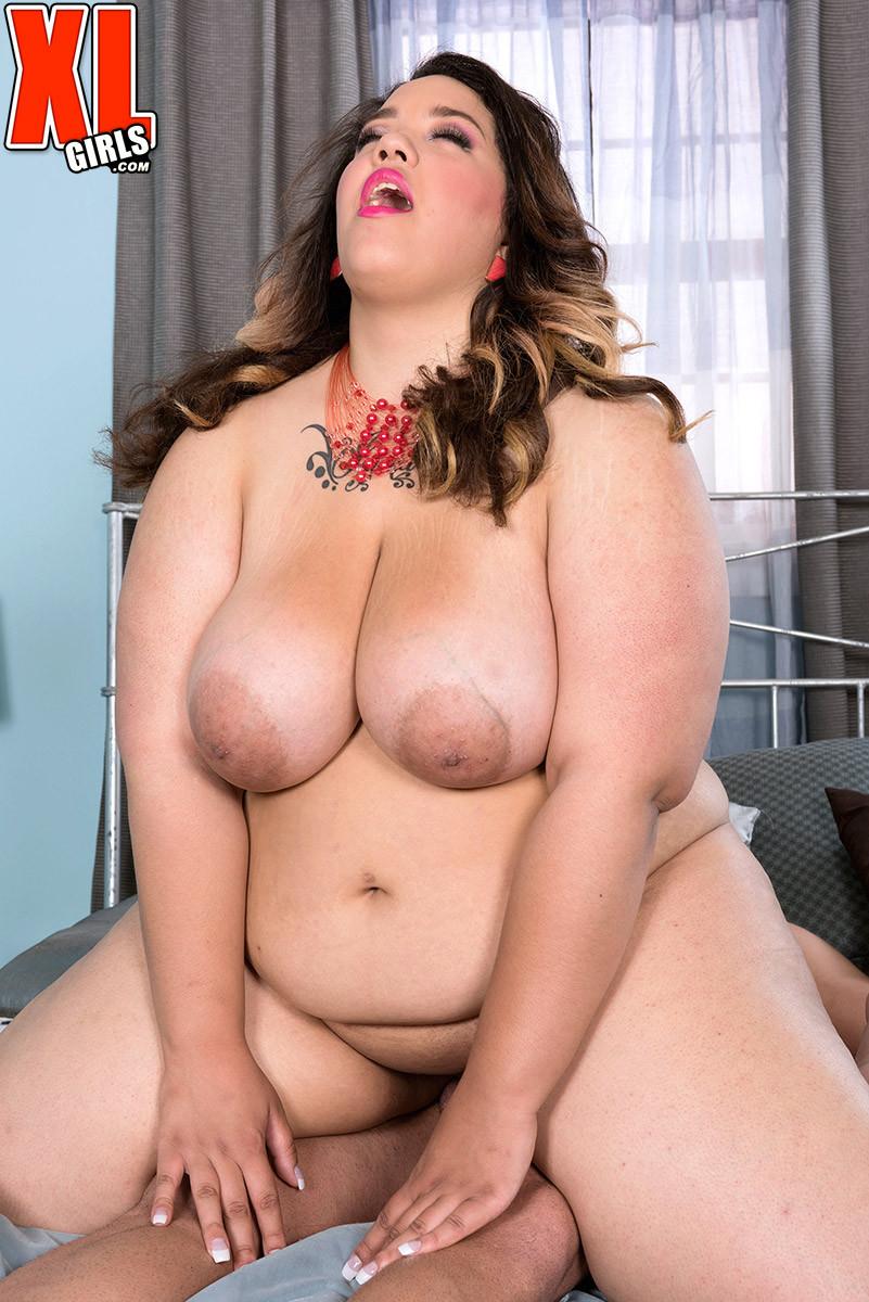 Необъятная женщина обмазывается сливками и садится на член, прижимая своим пышным телом