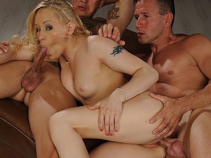 Блондинку с шикарным бюстом жарят в два жала, ей нравится сосать пенисы и глотать белую сперму