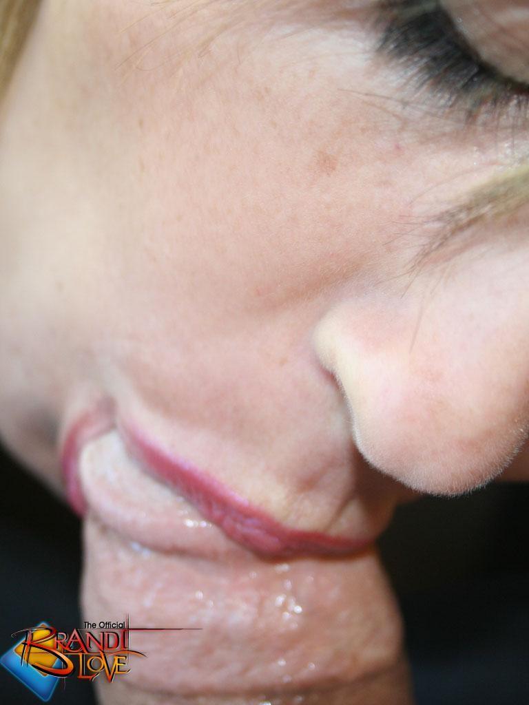 Бренди Лов долго ласкала свою пизденку рукой на камеру, но не сдержалась и отсосала фотографу