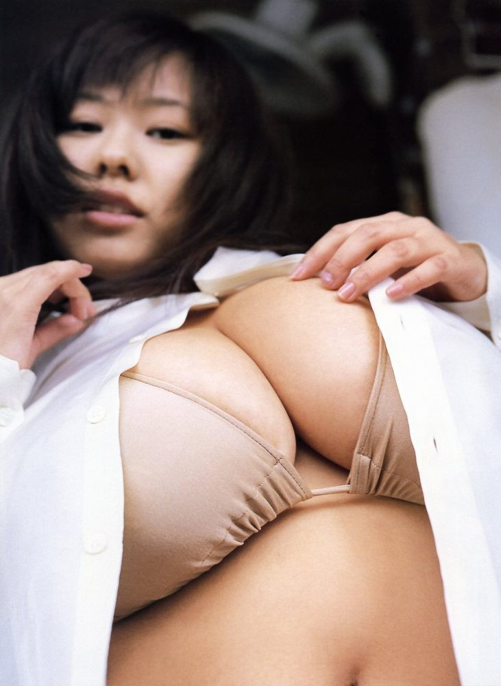 Японка с шикарными буферами покажет свои аккуратные соски и заведет всех мужиков