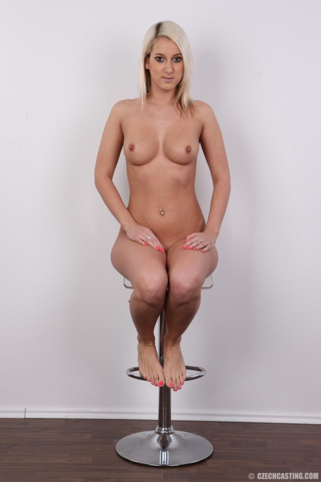 Шикарная блондинка в черных трусиках заставила парнишку делать ей интим фотки
