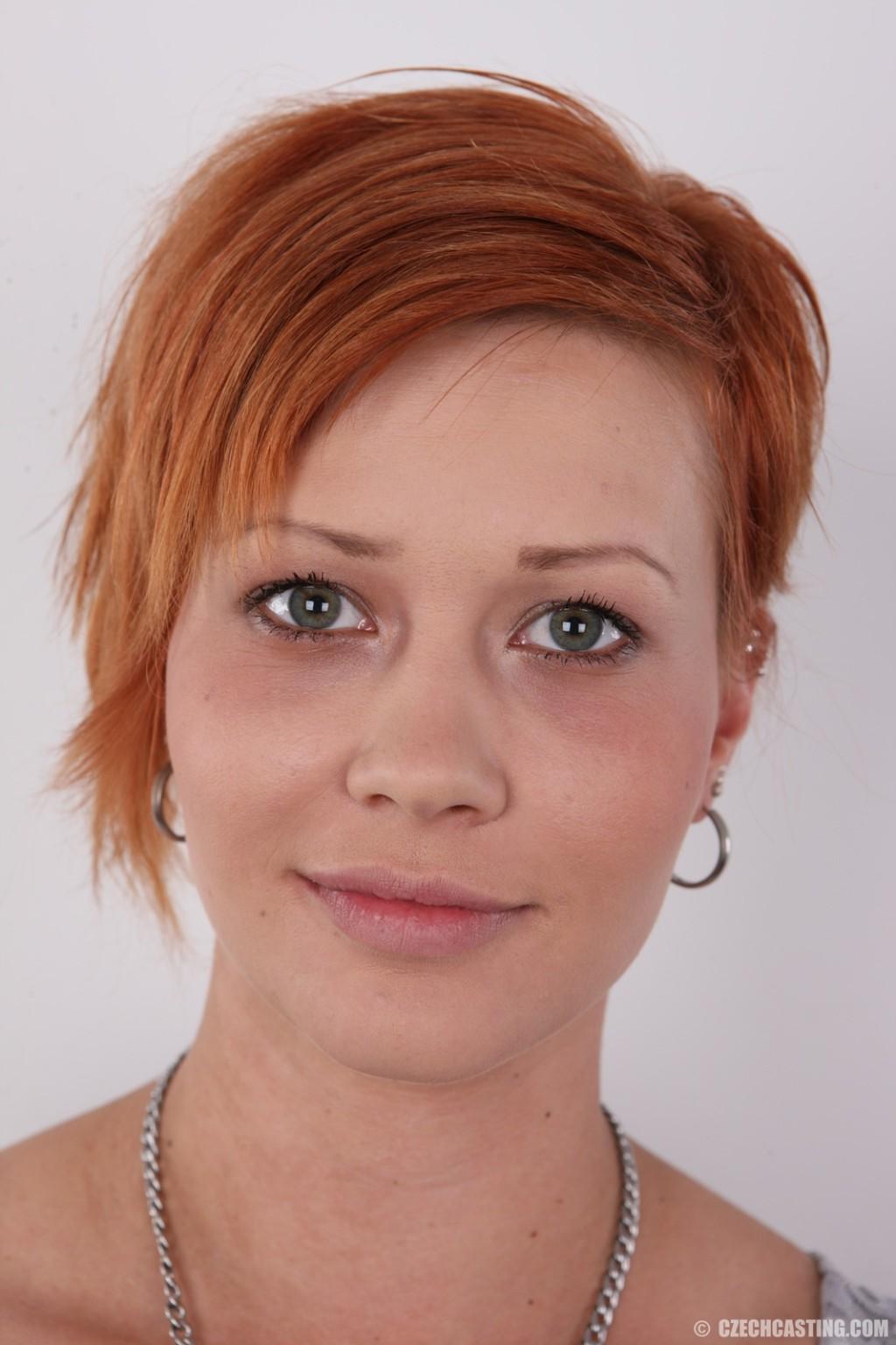 В чешском кастинге участвует девушка с короткой стрижкой, послушно исполняя указания фотографа