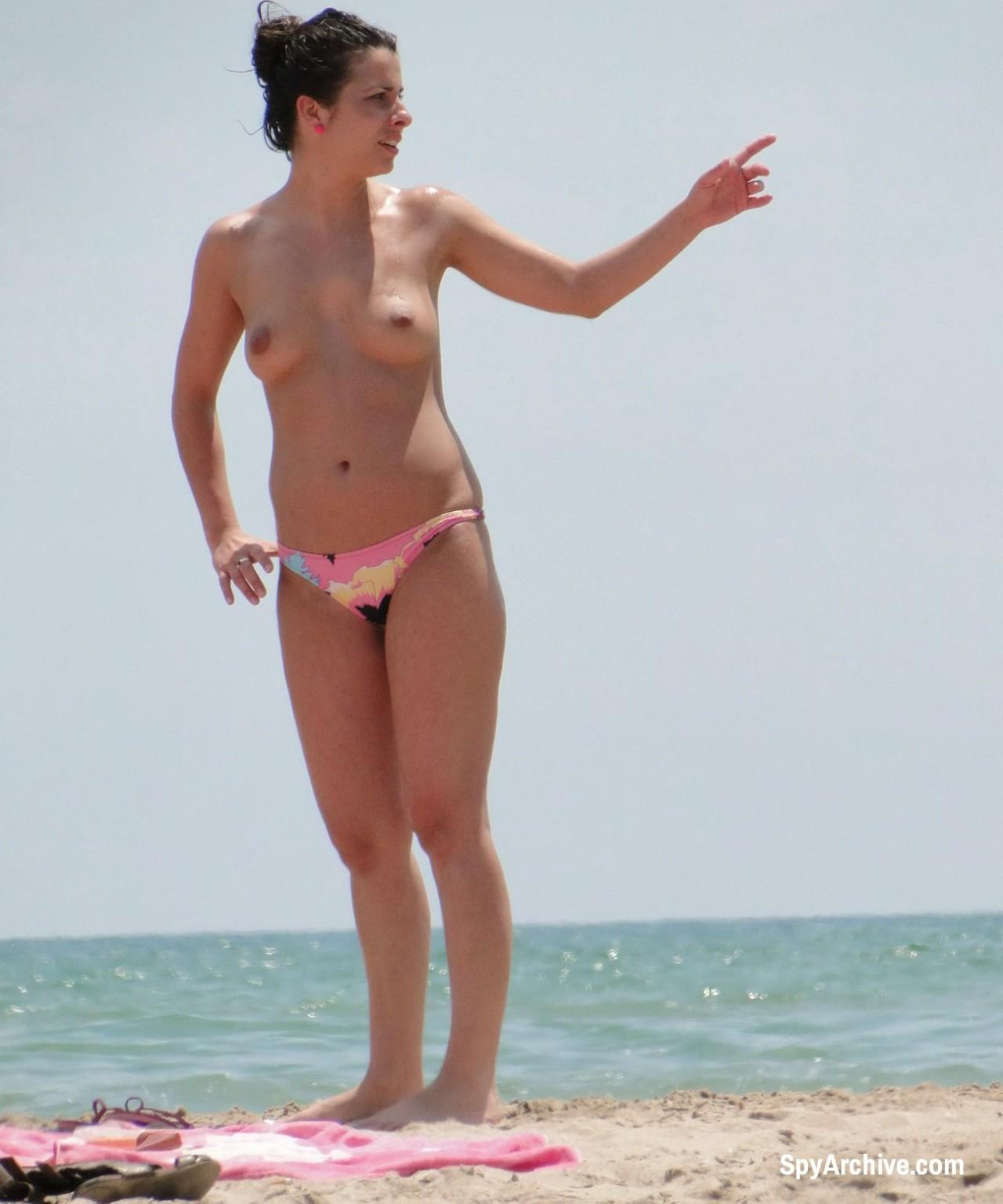 На пляже в объектив камеры попала дамочка, которая любит загорать без верхней части купальника