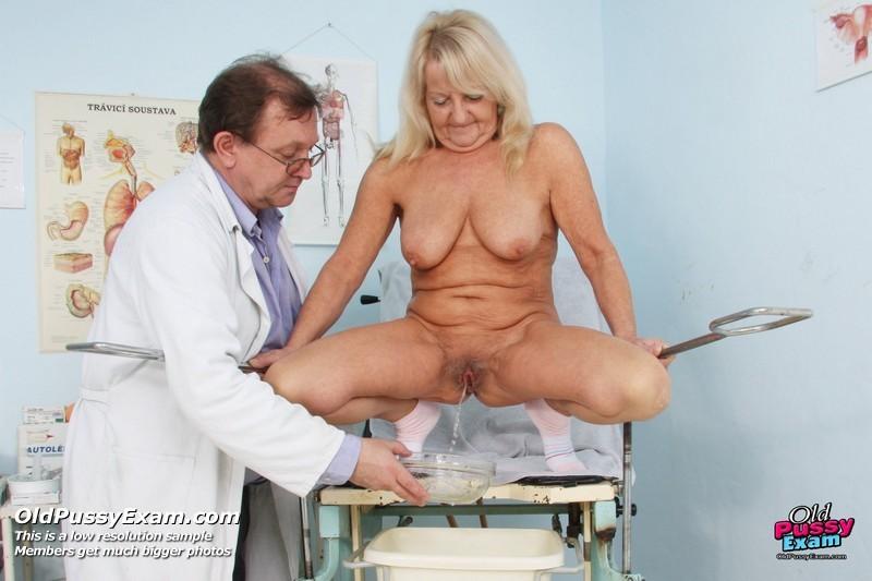 Пожилая женщина приходит на прием к врачу, чтобы показать все свои достоинства перед мужчиной