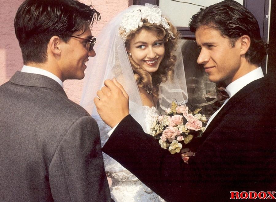 Ретро-снимки, на которых одну невесту трахают сразу два мужчины, а она только рада их принимать в себя