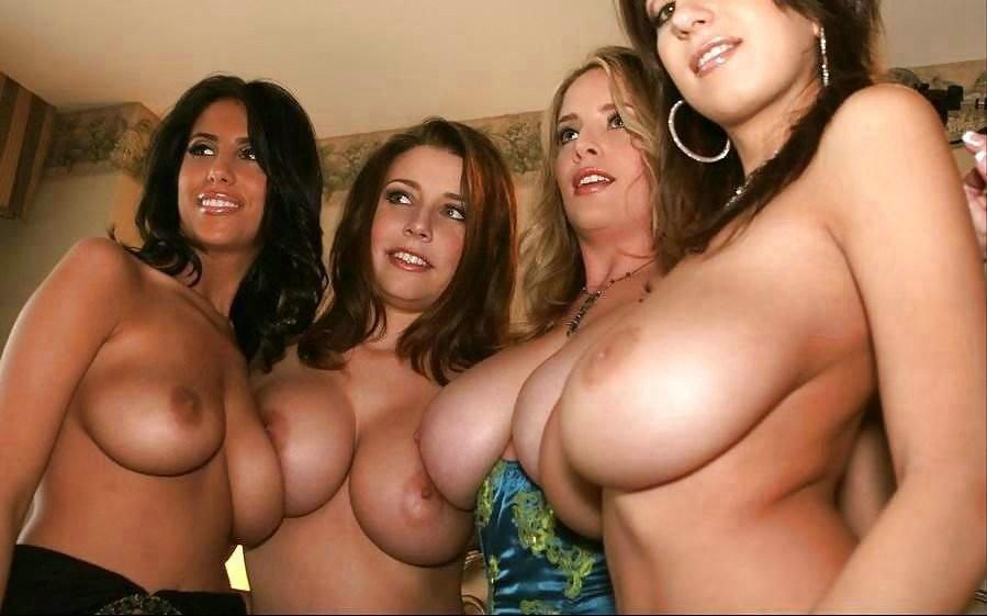 В этой галерее можно насладиться красотой девушек, которые собираются в группы и раздеваются