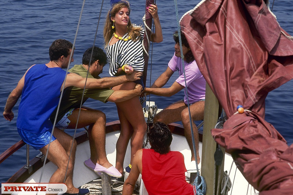 Прямо на яхте одну красотку окучивают несколько мужчин и она с удовольствием удовлетворяет каждого из них