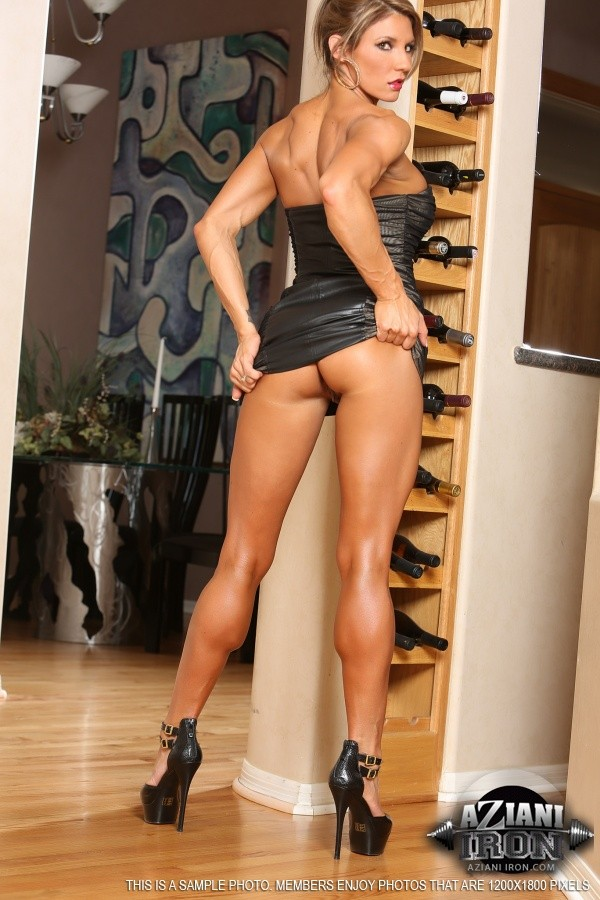 Горячая штучка показывает свою отличную физическую подготовку - ее телу можно только позавидовать